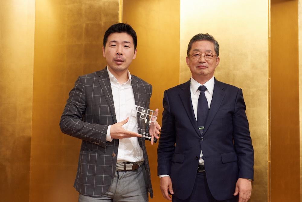 左は本條晴一郎、右は石井淳蔵学会長