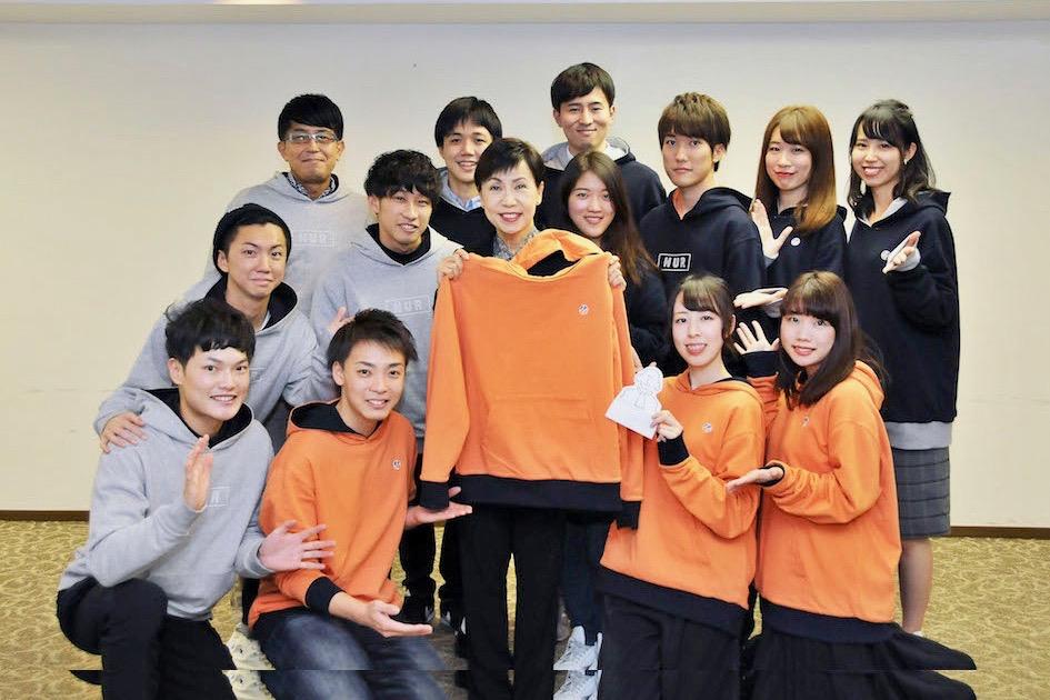【図・写真】西川ゼミの学生が総長に報告