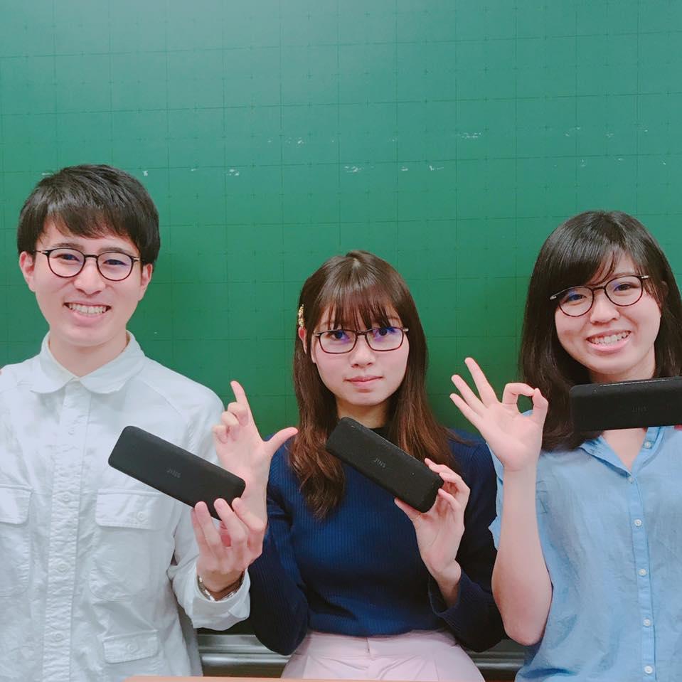商品化されたメガネと、左からチームの山口さん、松島さん、西岡さん